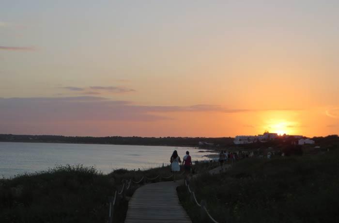 Pasarela de la playa de Migjorn al atardecer que ver en Formentera