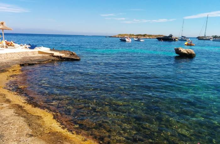 Vista de las aguas en las calas de la playa de Illetes Mallorca