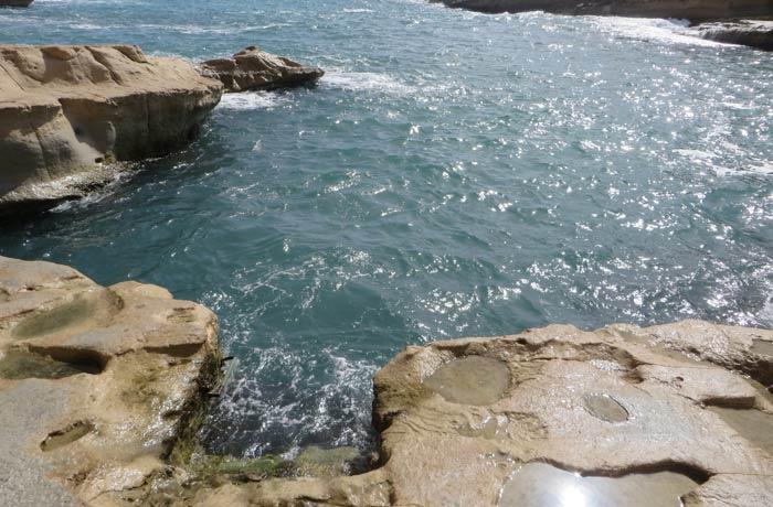 Pequeña entrada que se ha tallado en la roca para colocar la escalera