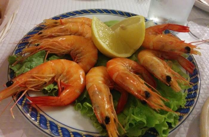 Gambas cocidas del restaurante Marigil comer en el Algarve