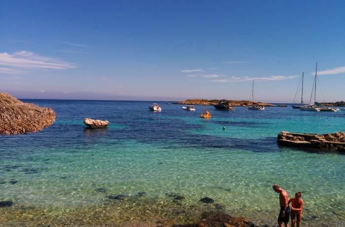 Uno de los islotes que dan nombre a la playa de llletes y pequeñas embarcaciones