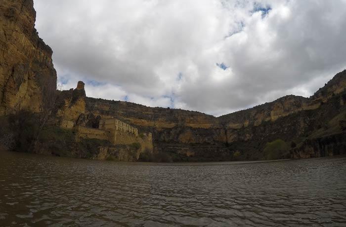 Monasterio de la Hoz, a la izquierda piragüismo en las Hoces del Duratón