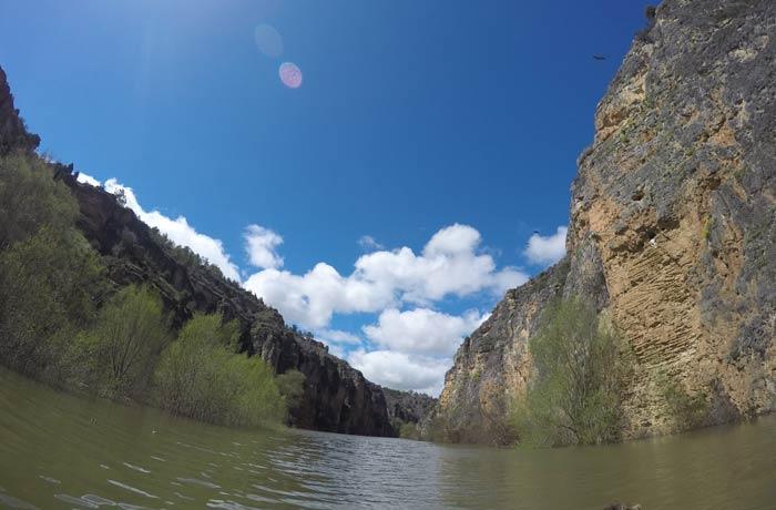 Paisaje del Parque Natural piragüismo en las Hoces del Duratón