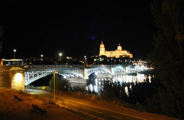 Vista típica de Salamanca desde el otro lado del Tormes