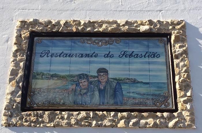 Placa con la imagen de los propietarios del restaurante do Sebastiao comer en el Algarve