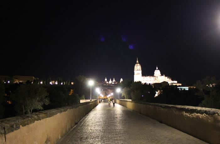 La Catedral, mientras se pasea por el Puente Romano vistas de Salamanca