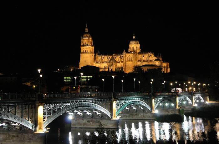 Vista de Salamanca con la Catedral y el puente Enrique Estevan