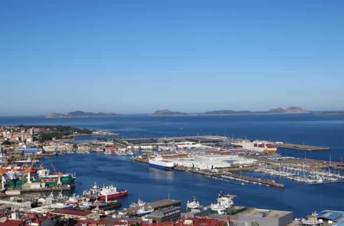Vista de la zona de Bouzas y las Islas Cíes al fondo desde el Castillo del Castro