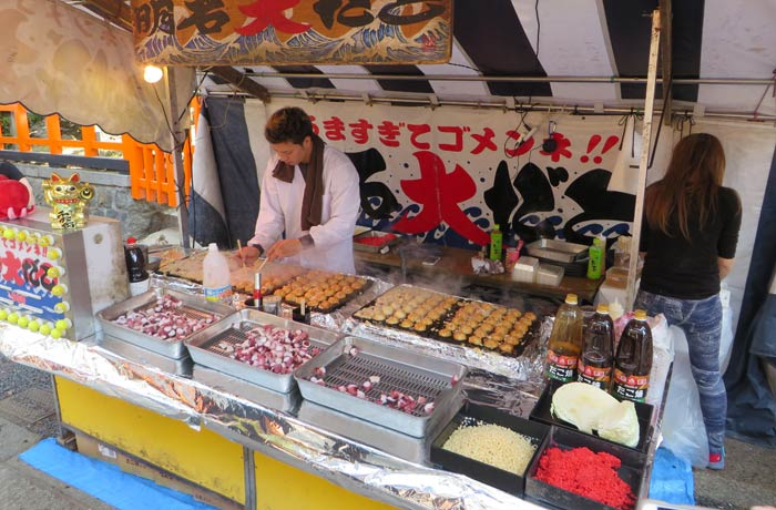 Puesto de comida callejera en el Monte Inari Japón por libre