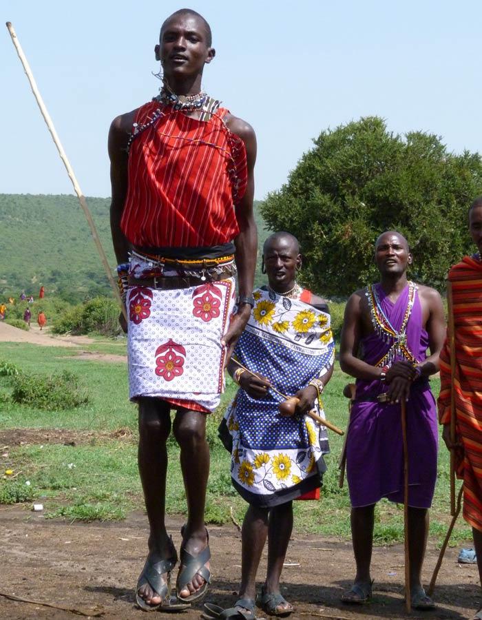 Danza típica de los Masái, con una exhibición de saltos con lo pies juntos