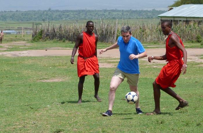 Partido de fútbol entre los Masái y un blanco muy blanco, servidor