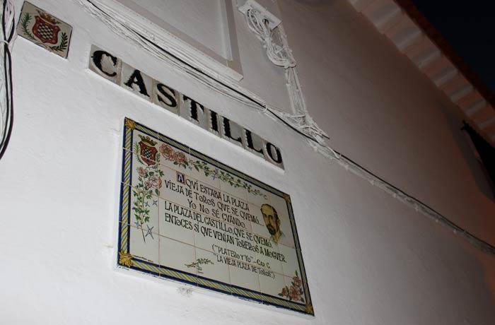 Azulejo con una frase de Juan Ramón Jiménez en la calle Castillo qué ver en Moguer