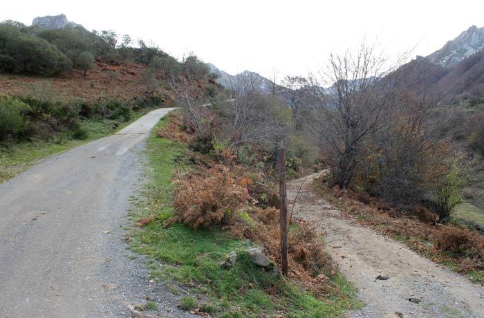 """Bifurcación de la ruta, a la izquierda la pista llamada """"sol"""" y a la derecha, la """"sombra"""" ruta Lago del Valle"""
