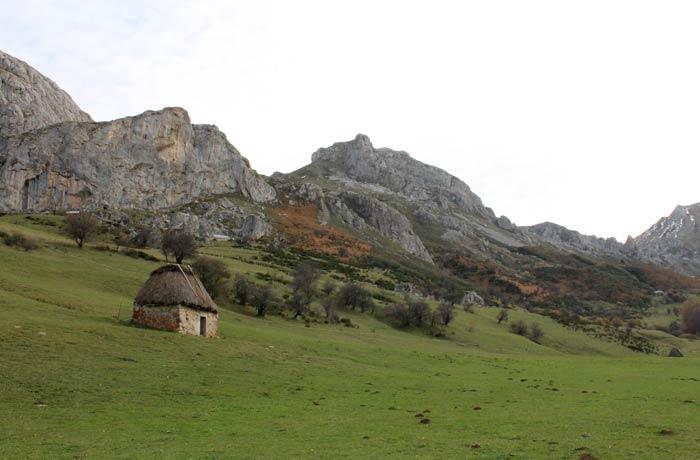 Braña con una cabaña en Somiedo ruta Lago del Valle