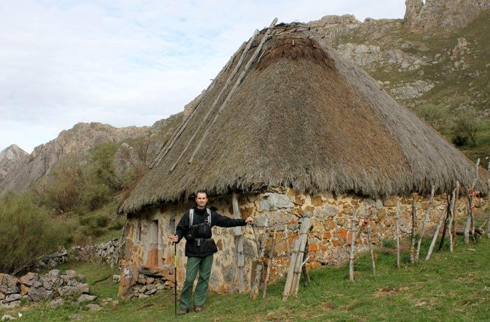 Pablo junto a una palloza ruta Lago del Valle
