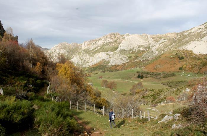 """Camino de la """"sombra"""" tras dejar el Lago del Valle"""