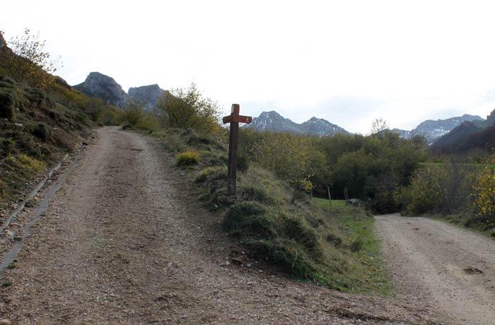 Desvío a la izquierda para llegar a los lagos Saliencia ruta Lago del Valle
