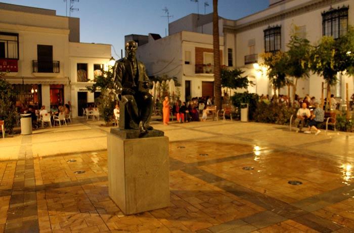 Escultura de Juan Ramón Jiménez de Octavio Vicens en la plaza del Cabildo qué ver en Moguer