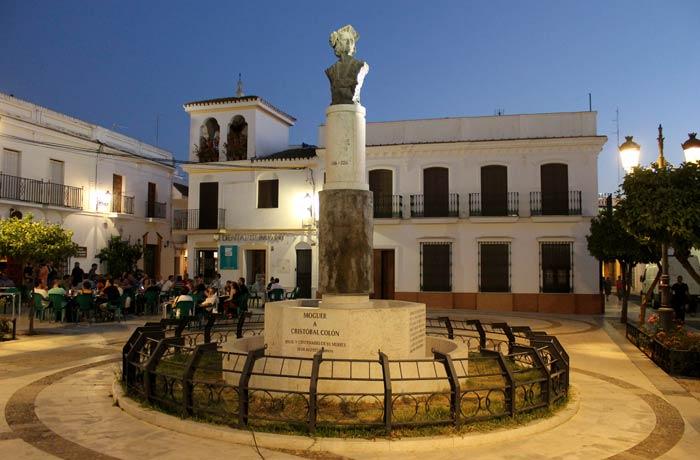 Monumento a Colón obra de Alberto Germán en la plaza de Las Monjas qué ver en Moguer