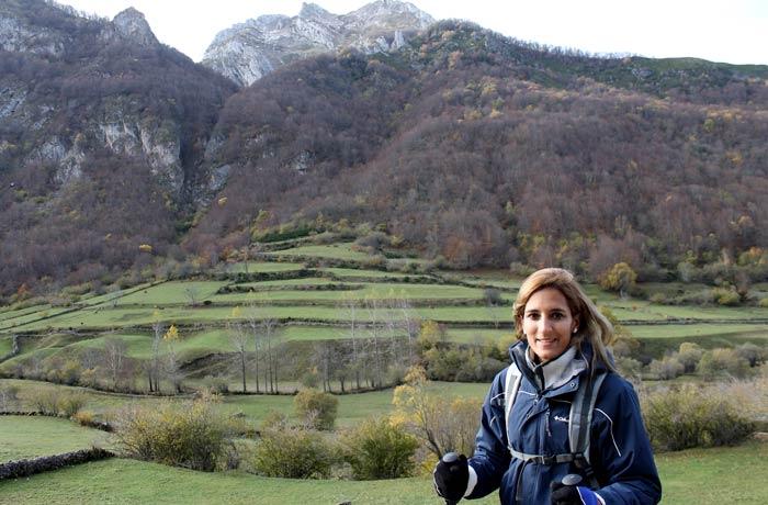 Estefanía y el paisaje que domina la ruta ruta Lago del Valle
