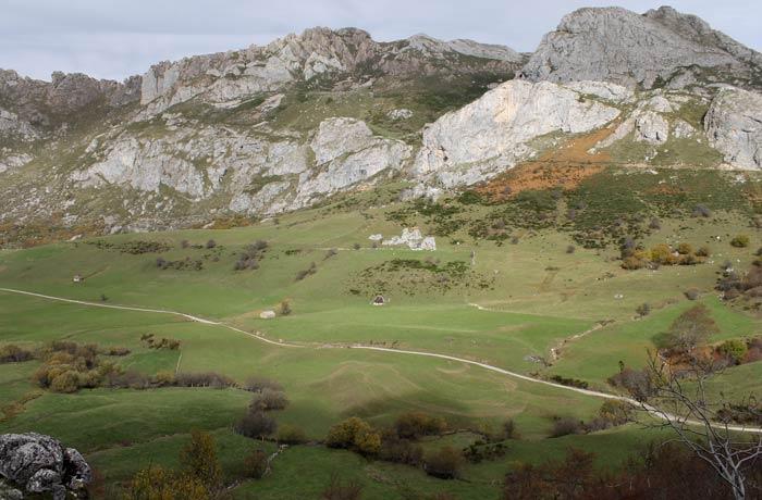 """Vista del sendero del """"sol"""" en el fondo del valle desde el camino de la """"sombra"""" ruta Lago del Valle"""