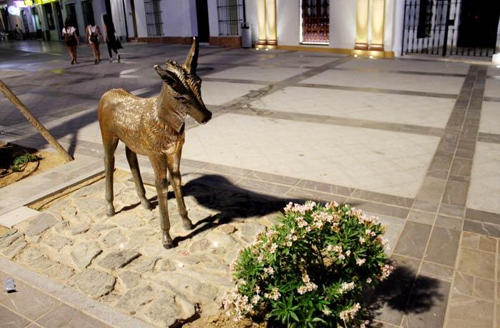 Escultura de Platero de Álvaro Rojas en la plaza del Cabildo qué ver en Moguer
