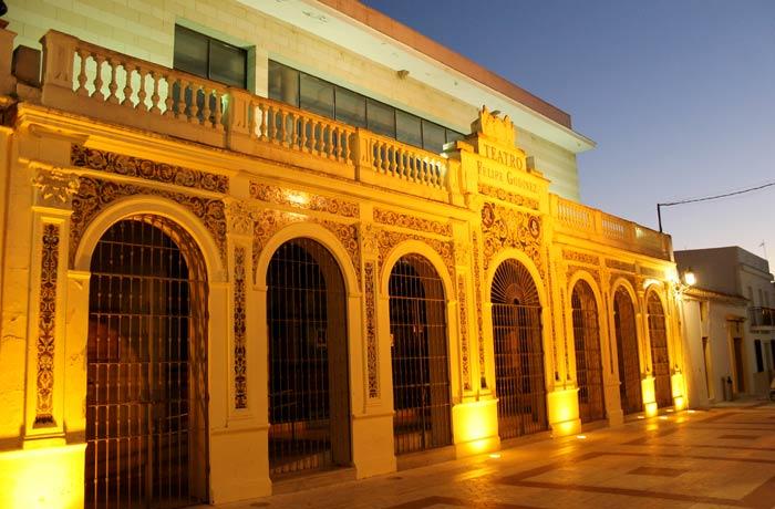 Teatro Felipe Godínez en la calle Andalucía qué ver en Moguer