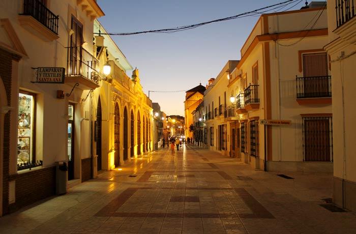 Otra vista de la popular calle Andalucía qué ver en Moguer
