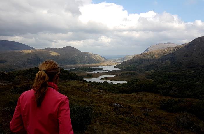 Estafanía en el mirador Lady's View del Anillo de Kerry una semana en Irlanda