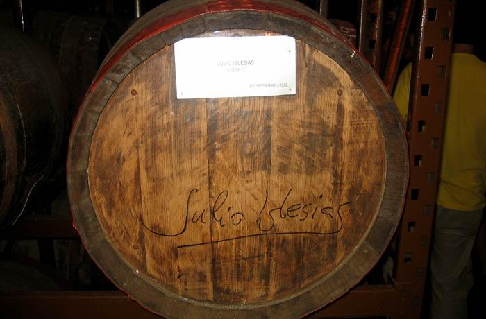 Barrica firmada por Julio Iglesias en la destilería de Arehucas qué ver en Gran Canaria