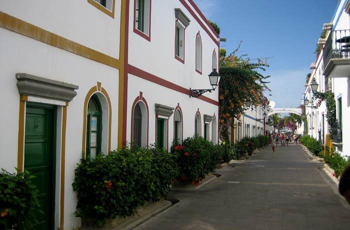 Una de las calles del Puerto de Mogán qué ver en Gran Canaria