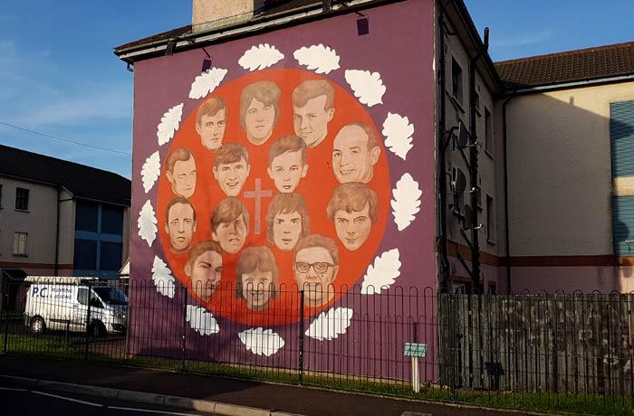 Mural en Derry con los rostros de los 14 muertos en el Domingo Sangriento de 1972 una semana en Irlanda