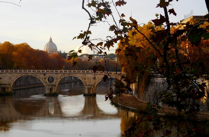 La cúpula de la basílica de San Pedro del Vaticano desde el ponte Sisto qué ver en Trastévere