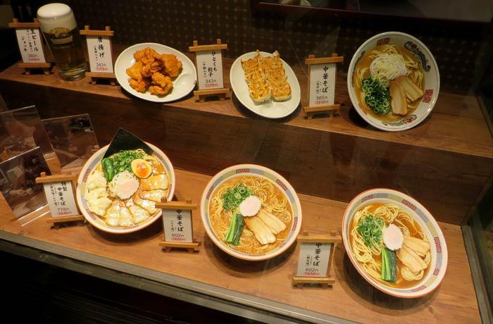 Comida de plástico en el escaparate de un restaurante curiosidades de Japón