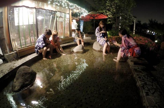 Pediluvio exterior del Onsen Odaiba Monogatari curiosidades de Japón