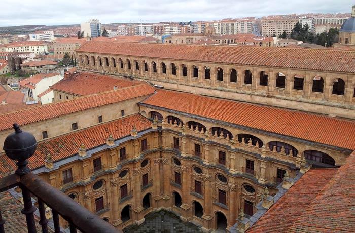 El patio de la Universidad Pontificia desde Scala Coeli Salamanca San Valentín