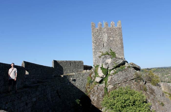 Pablo y la torre del castillo Sortelha Portugal