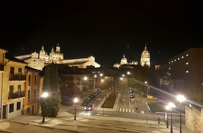 La Clerecía, la Universidad Pontificia y la Catedral desde la calle Peñuelas de San Blas Salamanca San Valentín