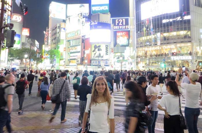 Estefanía, en medio del ambiente del cruce de Shibuya