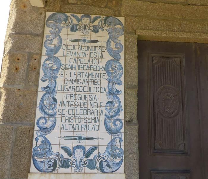 Azulejo a la entrada de la Capela do Senhor da Pedra donde se relata el pasado de los ritos paganos