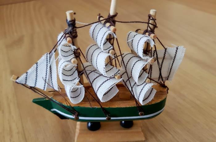 Barco de vela adquirido en las calles de la isla de Ortigia, en Sicilia souvenirs del mundo