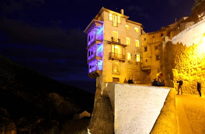 Vista nocturna de las Casas Colgadas que ver en Cuenca