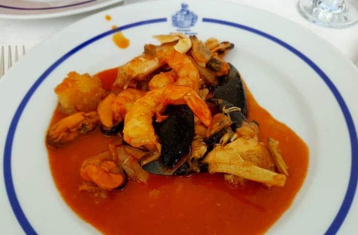 Aspecto de la cataplana servida en el plato comer en Figueira de Castelo Rodrigo