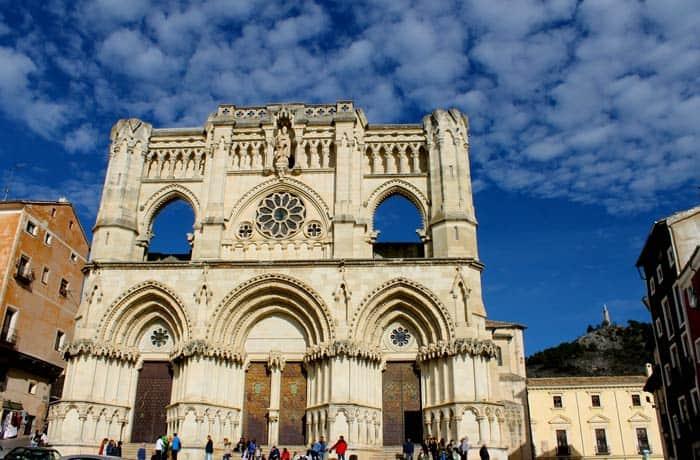Vista diurna de la fachada de la Catedral que ver en Cuenca