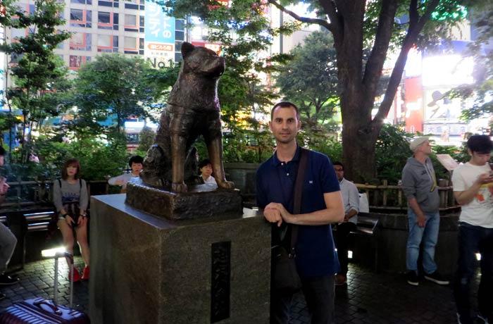 Pablo con la estatua de Hachiko cruce de Shibuya