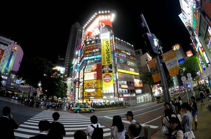 Preparados para atravesar uno de los pasos de cebra del cruce de Shibuya