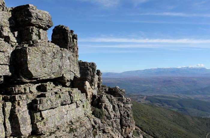 Paisaje rocoso en las inmediaciones de la 'Torrita' con las sierras de Béjar y Candelario al fondo Portilla Bejarana