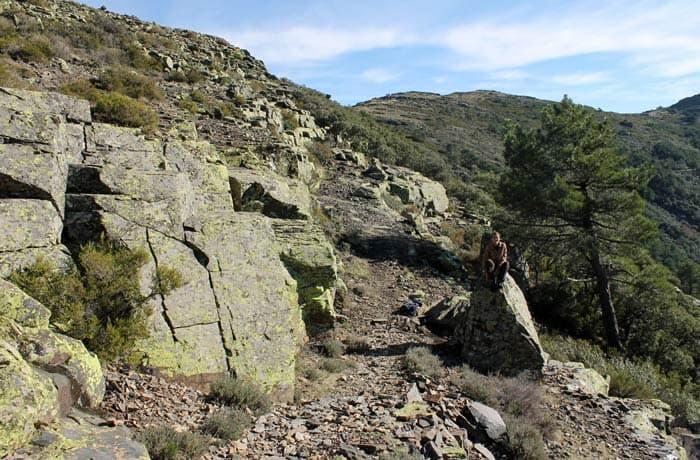 Parte más rocosa y con menos vegetación del sendero de la Portilla Bejarana