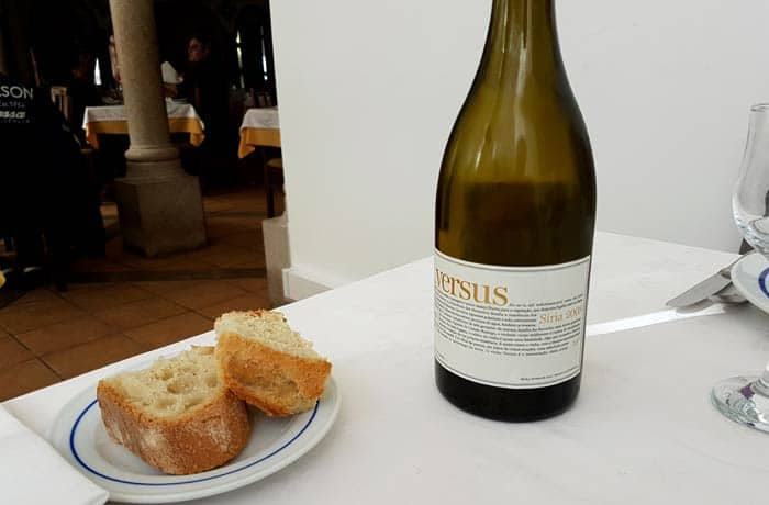 Vino blanco Versus de Almeida que nos sirvió para acompañar la cataplana comer en Figueira de Castelo Rodrigo