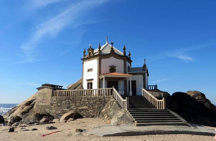Vista frontal de la Capela do Senhor da Pedra